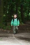 Der kleine Junge im Wald Lizenzfreies Stockbild