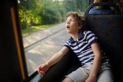 Der kleine Junge ist in den Bus eingeschlafen Lizenzfreies Stockbild
