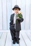 Der kleine Junge mit Rosen Stockfoto