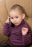 Der kleine Junge mit Telefon Stockbild