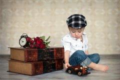 Der kleine Junge, spielend mit woden Auto Stockfoto