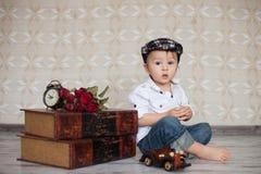 Der kleine Junge, spielend mit woden Auto Lizenzfreie Stockfotos