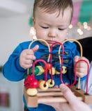 Der kleine Junge spielt im Designer Kind-` s Spiele zu Hause intellektuelle Entwicklung von modernen Kindern stockfotografie