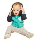 Der kleine Junge spielte mit Kopfhörern und Tastatur Lizenzfreies Stockfoto