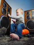 Der kleine Junge und die große Tonanlage Lizenzfreie Stockfotos