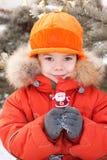 Der kleine Junge am Winterweg stockfoto