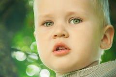 Der kleine Kleinkindjunge öffnete seinen Mund in der stummen Überraschung stockbilder