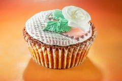 Der kleine Kuchen, der mit verziert wurde, stieg Stockfotografie