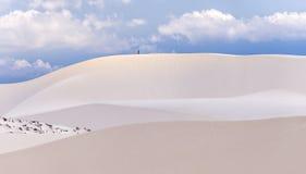 Der kleine Mann ging auf schöne weiße Sanddünen Lizenzfreie Stockfotos