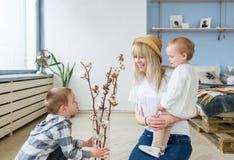 Der kleine Sohn beglückwünscht die Mutter an einem Feiertag Mutter`s Tag lizenzfreies stockfoto