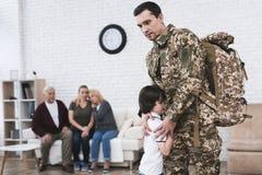 Der kleine Sohn nimmt von seinem Vater Abschied, der zum Militärdienst geht Stockbild