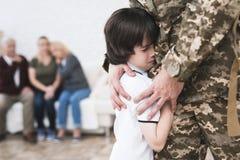 Der kleine Sohn nimmt von seinem Vater Abschied, der zum Militärdienst geht Lizenzfreie Stockfotos