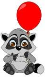 Der kleine Waschbär sitzt mit einem roten Ballon Stockfoto
