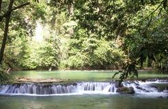 Der kleine Wasserfall Lizenzfreie Stockfotos