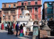 Der kleinen stupas durch Affe-Tempel mit Makaken äfft - Kathmandu - Nepal nach Lizenzfreie Stockbilder