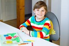 Der Kleinkindjunge, der Papierorigamitulpe macht, blüht für eine Postkarte für Mutter ` s Tag oder Geburtstag Nettes Kind von gru Stockbild