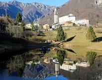 Der kleinste Stadtbezirk von Italien nannte LAGHI mit dem wenig stockfoto