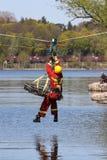 In der Klimaänderung bedingt den Sicherheitstransport der verletzten Leute über Wasser wird sehr wichtiger Rettungseinsatz. Lizenzfreies Stockfoto