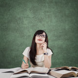 Der kluge studierende Student und denkt Idee Lizenzfreie Stockfotos