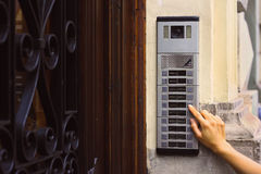 Der Knopf der Wechselsprechanlage mit einer Kamera stockbilder