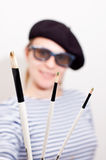 Der Künstler mit Barett und Pinseln Stockfoto