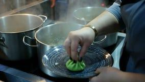 Der Koch bereitet die georgische nationale Nahrung von Khinkali zu Grünes khinkali mit Lachsen, Spinat, Käse und Creme Kochen Sie stock footage