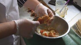 Der Koch bereitet Fleisch für Grill zu Gewürze, Pfeffer, Salz Gebratenes Fleisch stock video footage