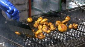 Der Koch bereitet Pilze auf dem Grill zu Grillpartei stock video