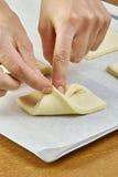 Der Koch, der Teigverpackungen kocht, machen Käsekuchen mit Rezepten der Stau-Reihenganzen mahlzeit Stockfotos