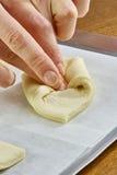 Der Koch, der Teigverpackungen kocht, machen Käsekuchen mit Rezepten der Stau-Reihenganzen mahlzeit Stockfotografie