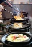 Der Koch ist gebratenes Omelett lizenzfreie stockbilder