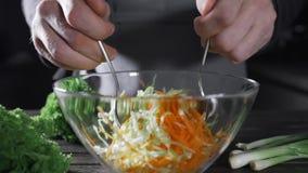 Der Koch macht Gemüsesalat mit Kohl und Karotte, vegetarische Mahlzeit, neues Lebensmittel und Vitamine, gesundes Lebensmittel, G stock footage