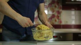 Der Koch mischt die Teigwaren in einer Schüssel stock video