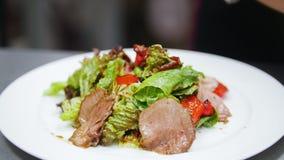 Der Koch schließt die Vorbereitung des Salats, im Rahmen der Chef ` s Hände ab stock footage