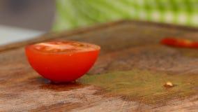 Der Koch schneidet eine Tomate in Scheiben stock video footage