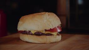 Der Koch setzt Burger wodden an Service-Brett Chef, der Burger macht stock footage