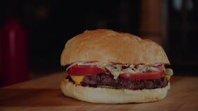 Der Koch setzt Burger wodden an Service-Brett Chef, der Burger macht stock video