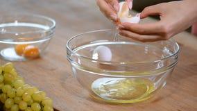 der Koch trennt das Eigelb im Ei stock video