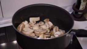 Der Kochfischrogen die Pilze in einer Bratpfanne stock footage