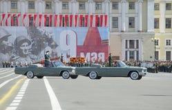 Der Kommandant des Westwehrbereichs Oberst-allgemeines A A Sidorov öffnet sich mit der Wiederholung der Parade zu Ehren des Siege stockbilder