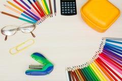 Der Kompaß und der Winkelmesser Färben Sie Bleistifte, gelben Sandwichkasten, Taschenrechner, Lizenzfreies Stockfoto