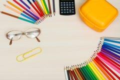 Der Kompaß und der Winkelmesser Färben Sie Bleistifte, gelben Sandwichkasten, Taschenrechner, Stockbilder