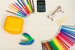 Der Kompaß und der Winkelmesser Färben Sie Bleistifte, gelben Sandwichkasten, Taschenrechner, Stockfotos