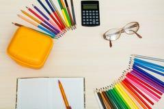 Der Kompaß und der Winkelmesser Färben Sie Bleistifte, gelben Sandwichkasten, Taschenrechner, Lizenzfreies Stockbild