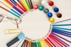 Der Kompaß und der Winkelmesser Färben Sie Bleistifte, Gläser, große Büroklammer, Markierung Lizenzfreie Stockfotos