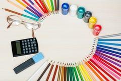 Der Kompaß und der Winkelmesser Färben Sie Bleistifte, Gläser, Taschenrechner, Markierung und Stockfotografie