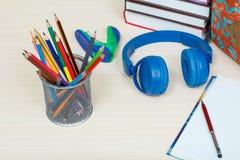 Der Kompaß und der Winkelmesser Schulen Sie Rucksack, Bücher, Metallstand für Bleistifte Lizenzfreies Stockfoto