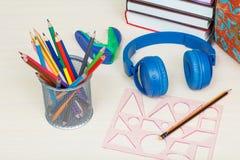 Der Kompaß und der Winkelmesser Schulen Sie Rucksack, Bücher, Metallstand für Bleistifte Stockbilder