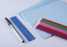 Der Kompaß und der Winkelmesser Stift, Machthaber, Bleistifte und Notizbücher auf einem weißen Hintergrund Lizenzfreies Stockbild