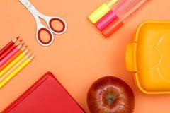 Der Kompaß und der Winkelmesser Färben Sie Bleistifte, Buch, Scheren, Apfel, Filzstifte Lizenzfreie Stockbilder